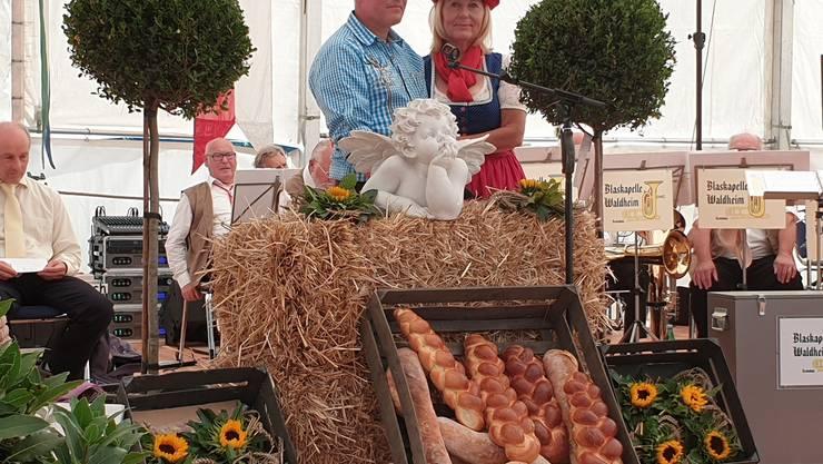 Fritz Keller mit seiner Lebenspartnerin Beatrice auf der Bühne.