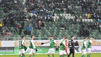 Vor lediglich 10'140 Zuschauern feiert der FC St. Gallen gegen Sion einen wichtigen Heimsieg