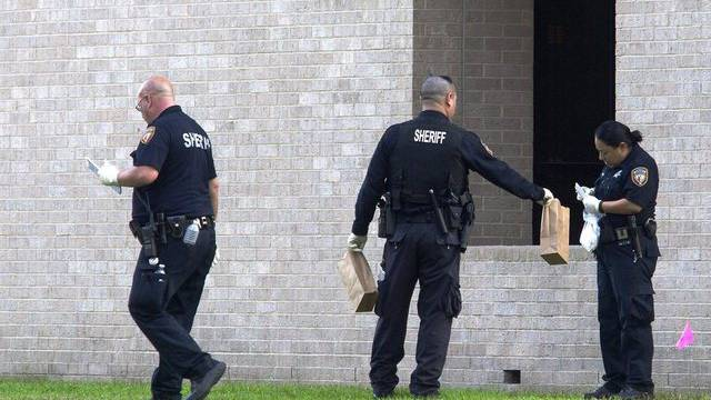 Polizisten sichern Spuren am Tatort