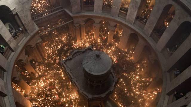 Mehr als Zehntausend Gläubige feiern das Wunder des Heiligen Feuers