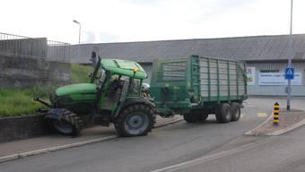 Schönenwerd: Traktor kommt von Strasse ab und prallt in Stützmauer