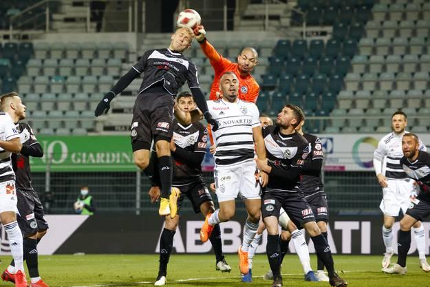 Lugano-Torhüter Baumann springt höher als Cabral.