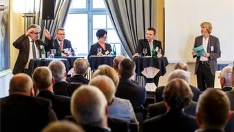 Die Ständeratskandidaten mit den amtierenden Standesvertretern (v.l.) Roberto Zanetti (SP), Pirmin Bischof (CVP) sowie den Kandidaten Marianne Meister (FDP) und Nationalrat Walter Wobmann (SVP). Moderiert hat Theodor Eckert (r.).