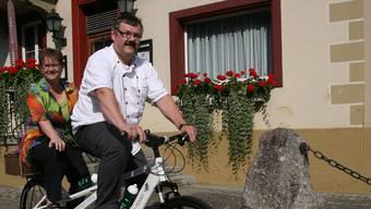 Barbara und Michel Schmid vom Gasthof Krone in Wittnau vermieten Tandems und Elektrovelos. elj