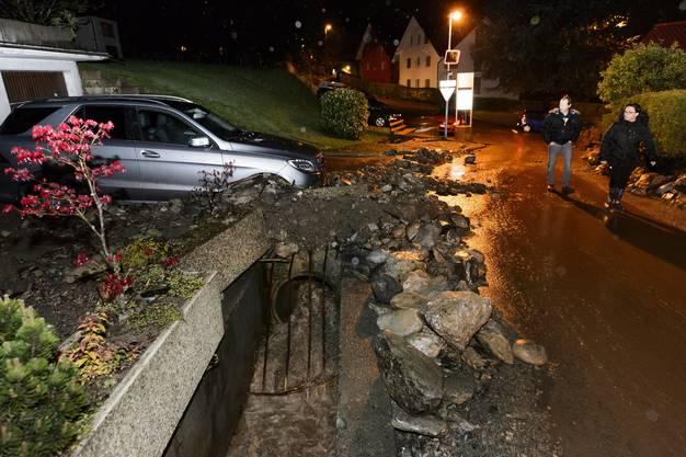 In den Dörfern Blonay und St-Légier nahe Montreux im Waadtland sind am Montagabend mehrere Bäche über die Ufer getreten.