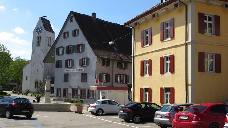 In Frenkendorf ist die Kirche immer noch in der Dorf Mitte.