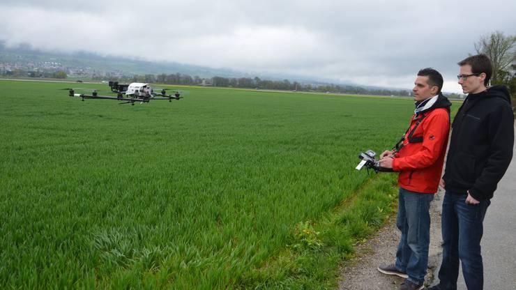 Marco Tschachtli (links) und Michael Fluri setzen eine Drohne für die Rehkitzrettung ein
