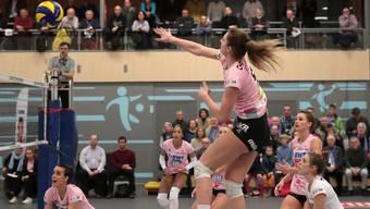 Die Volleyballerinnen wollen den Cup-Pokal nach Aesch holen.