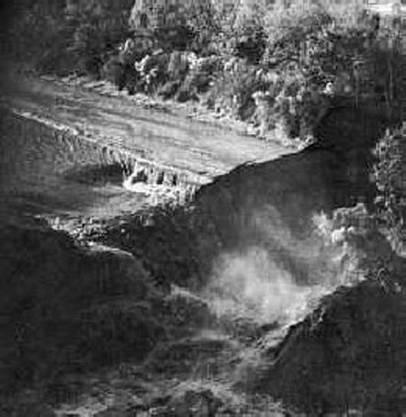 Der Delcambre-Kanal fliesst rückwärts und stürzt über einen 50 Meter hohen Wasserfall in den See.