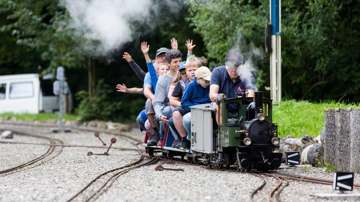 Die Teilnehmer der Familienwanderung vergnügen sich auf der Gartenbahn Staufen.