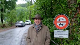 Kein Denunziant: Roland Büchler äussert einzig seinen Unmut über Bussen beim Weiher Bellach. Das Fahrverbot stehe am falschen Ort, findet er. Ausflügler, die in der Nähe des Bellacher Weihers parkieren (im Hintergrund), wurden gebüsst.