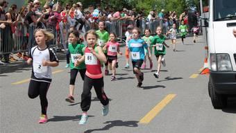 Auch die Jüngsten legten sich ins Zeug: Rund 800 Teilnehmer liefen am Samstag in Oberrohrdorf mit – und unterstützen dabei die St. Josef-Stiftung. Lara Zehnder