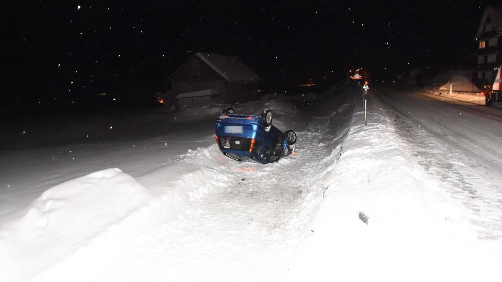 Ein Auto kam am Montagabend in Schönengrund von der Fahrbahn ab und überschlug sich.