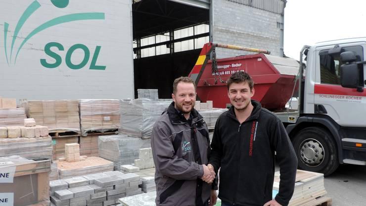 Martin Spielmann der SOL AG und Simon Schlunegger von der Schlunegger-Kocher Transporte AG bei der Übergabe.