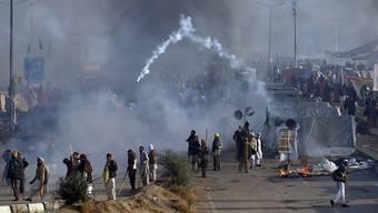 Die Polizei in Islamabad geht mit Tränengas gegen islamistische Demonstranten vor.