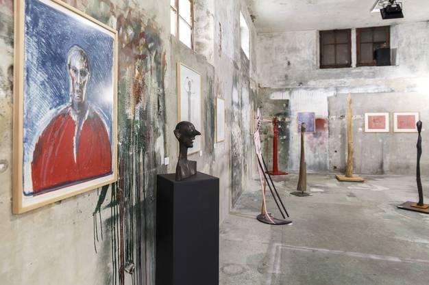 Raum mit Skulpturen und Bildern von Schang Hutter