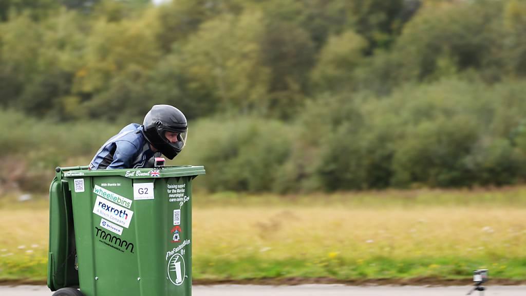 Sehr britisch: Weltrekord mit rasender Mülltonne