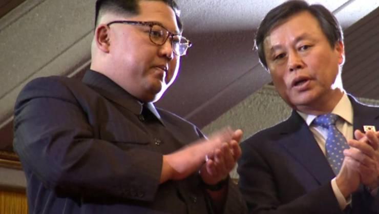 Kim Jong Un (links) spricht während der Aufführung in Pjöngjang mit dem südkoreanischen Kulturminister.