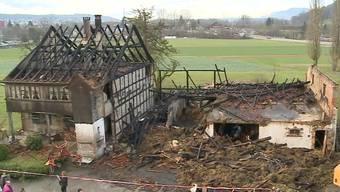 Der Künstler Bruno Jakob kehrt in sein völlig verbranntes Haus in Aarburg zurück.