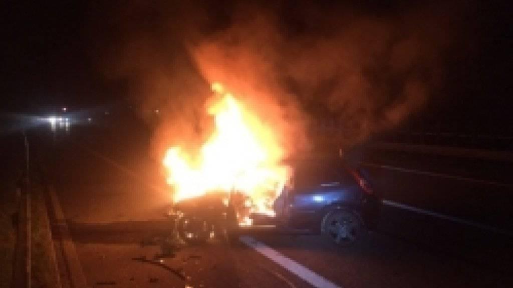 Auffahrunfall mit Tempo 120 und Brand auf der A1 bei Gossau: erstaunlicherweise keine Verletzten.