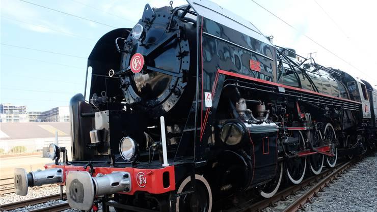 Dieser 192-Tonnen-Koloss aus vergangenen Zeiten lässt die Herzen höher schlagen: Die  Dampflokomotive Mikado 141 R 1244 führte den Schlierefäscht-Express mit Volldampf an.