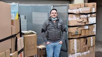 Maik Gregl vom Paketshop PaketStopGo bei Annahme einer neuen Anlieferung.