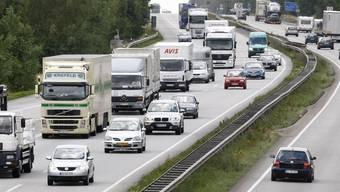 Lastwagenchauffeur nach 28-Stunden-Fahrt aus dem Verkehr gezogen. (Symbolbild)