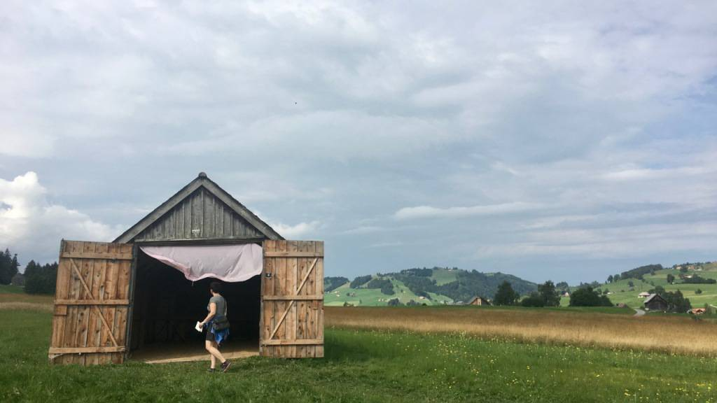 Auf der Hochmoor-Ebene in Gais AR können ab dem 2. September elf mit Klangkunst gefüllte Riedgras-Scheunen besucht werden. (Archivbild)