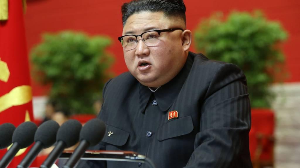 dpatopbilder - ARCHIV - Dieses von der staatlichen nordkoreanischen Nachrichtenagentur KCNA am 06.01.2021 zur Verfügung gestellte Foto zeigt Kim Jong Un, Machthaber von Nordkorea, auf einem Kongress der Partei der Arbeit Koreas. Foto: -/KCNA/dpa - ACHTUNG: Nur zur redaktionellen Verwendung im Zusammenhang mit der aktuellen Berichterstattung und nur mit vollständiger Nennung des vorstehenden Credits
