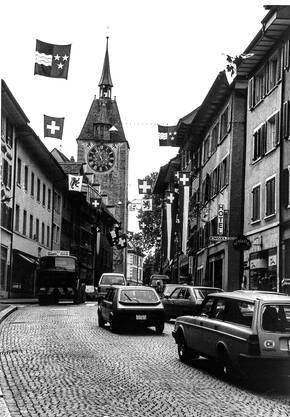 In Spitzenzeiten quälten sich früher bis zu 23'000 Autos durch die Bremgarter Altstadt. Die Holzbrücke war zudem nur einspurig befahrbar.