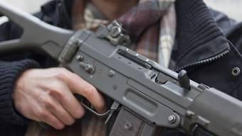 Der verurteilte Schütze wusste nicht, dass das Sturmgewehr geladen war. (Symbolbild)