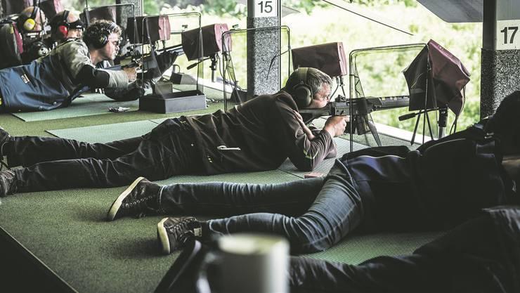 Hoffen auf ein Kranzresultat: Mitglieder des Schützenvereins Dürrenäsch legten sich am Eidgenössischen Schützenfest 2015 in Raron VS hinter das Gewehr.Chris Iseli/Archiv