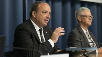 Finanzdirektor Markus Dieth (links) und Steueramtsvorsteher Dave Siegrist beim Vorstellen der Vorlage.