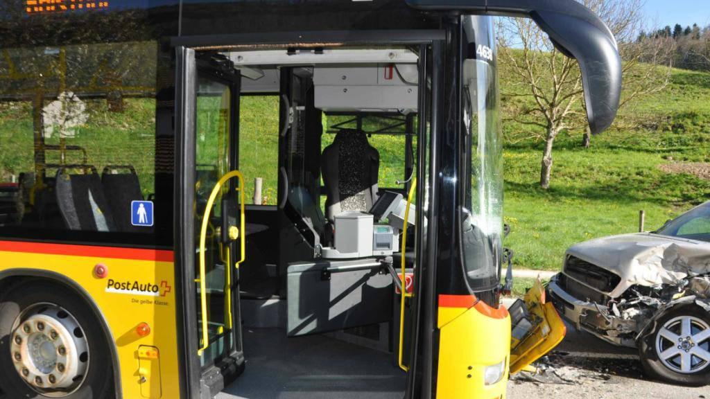 Frontalkollision mit Postauto: Drei Passagiere des Postautos und der Autolenker erlitten leichte Verletzungen. Der Lenker war auf die Gefahrenbahn geraten.