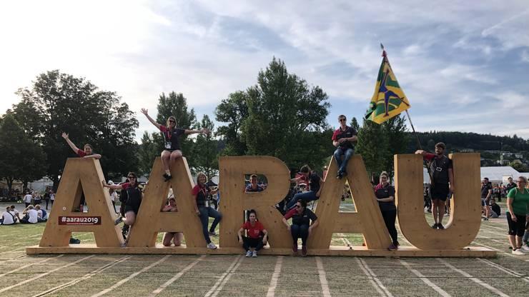Mit dem Aarau-Schriftzug und der Fahne posieren die beiden Birmenstorfer Teams.