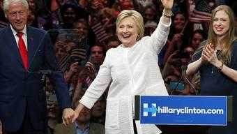 Chelsea Clinton (ganz rechts) Anfang Juni bei einer Wahlkampfveranstaltung Anfang Juni: Die 36-jährige Tochter von Hillary und Bill Clinton ist zum zweiten Mal Mutter geworden. (Archivbild)