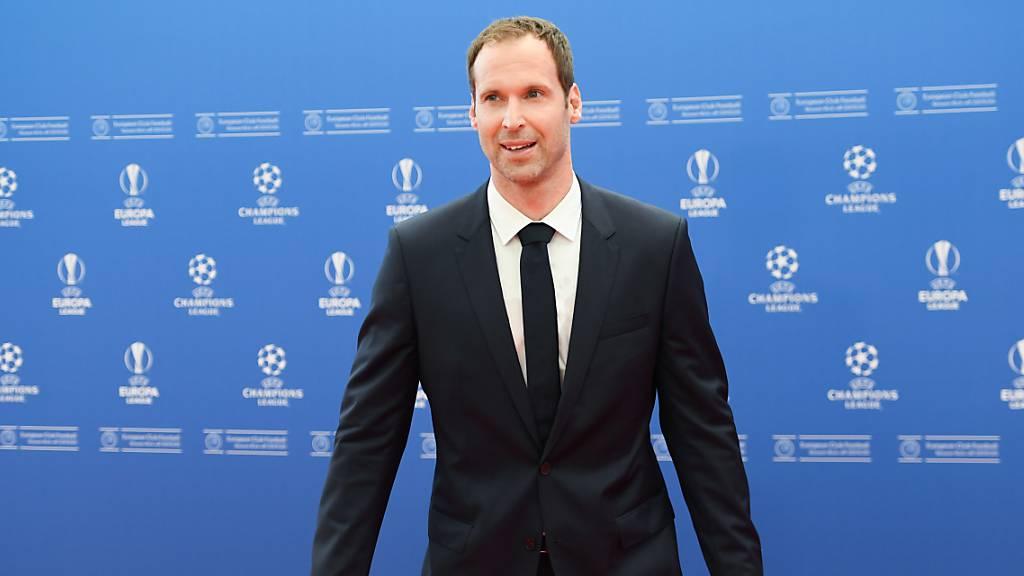Tauscht er den Anzug nochmal gegen das Fussballtenü? Petr Cech.