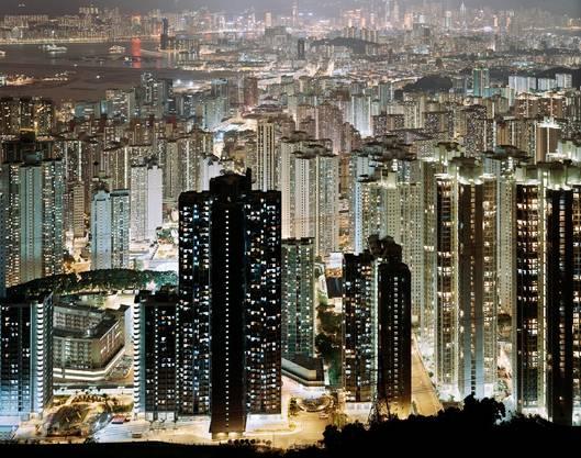 Georg Aerni: TV Time. Tsz Wan Shan aus dem Jahr 2000. C-Print,24x156cm.