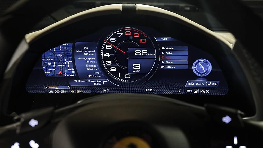 Die italienische Sportwagenschmiede Ferrari braucht länger als gedacht, um einen Elektrowagen auf die Strasse zu bringen. Ein rein batteriegetriebener Sportwagen wird nicht vor 2025 zu haben sein. Bislang hatten die Italiener 2022 angepeilt. (Archiv)