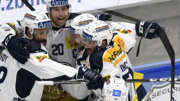 Patrick Incir (ganz rechts) freut sich mit einen Team-Kollegen über einen Treffer.
