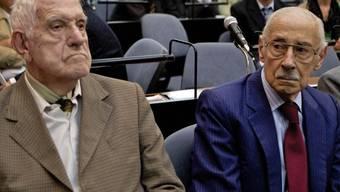 Die ehemaligen Diktatoren Bignone (l.) und Videla (r.) im Gerichtssaal