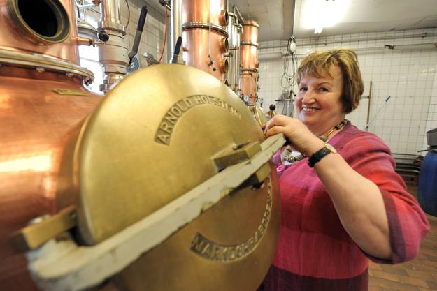 Rosemarie Zuber schliesst in der Brennerei der Zuber AG in Arisdorf einen Brennhafen