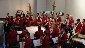 Die Brass Band Konkordia Aedermannsdorf mit ihrem Dirigenten Bernhard Wüthrich. (Archiv)