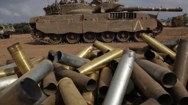 Leere Granatenhülsen und ein Panzer an der Grenze zum Gazastreifen
