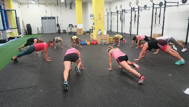 Während einer Stunde trainieren die Mütter im Dietiker Fitnesszentrum Crossfit. Angeleitet werden sie von Coach Martina Abukhlal (rotes T-Shirt links).