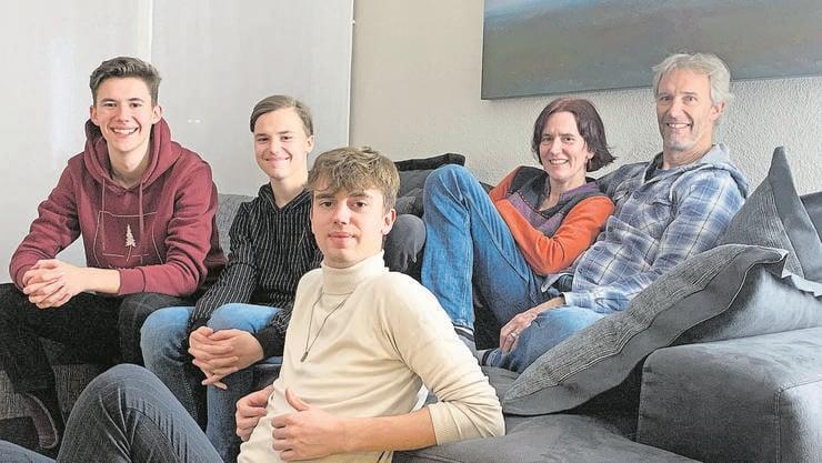 Eine zufriedene Lenzburger Familie: v.l. Silvan, Linus und Andrin. Hinten die Eltern Beatrice (Einwohnerrätin, SP-Fraktionspräsidentin Lenzburg) und Daniel Taubert. Die fehlenden Weihnachtsgeschenke haben die Stimmung nicht getrübt.