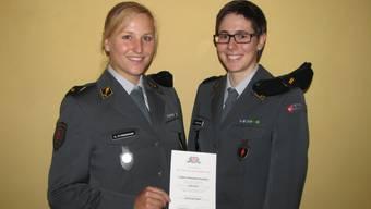 Kathrin Stirnemann mit dem Beförderungsdiplom und Teamkollegin Linda Indergand.