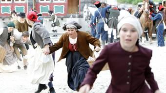 """Amateur Schauspieler spielen in einer Szene des Freilichtspiels """"Suworow"""" in der Hauptprobe vom Mittwoch 30.Juni 2010 in Andermatt. Die Premiere des Freilichtspiels findet am Freitag, 2. Juli 2010 in Andermatt statt und das Stueck wird bis am 21. August 2010 regelmaessig aufgefuehrt. Das Freilichtspiel Suworow erzaehlt die Geschichte rund um den Einmarsch der Russen im Urserental in der Kriegszeit in den Jahren 1798 bis 1801.  (KEYSTONE/Urs Flueeler)"""