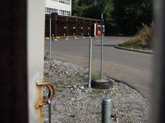 Durch das Gitter spähend erkennt man von die acht Auto- und vier Stehboxen.