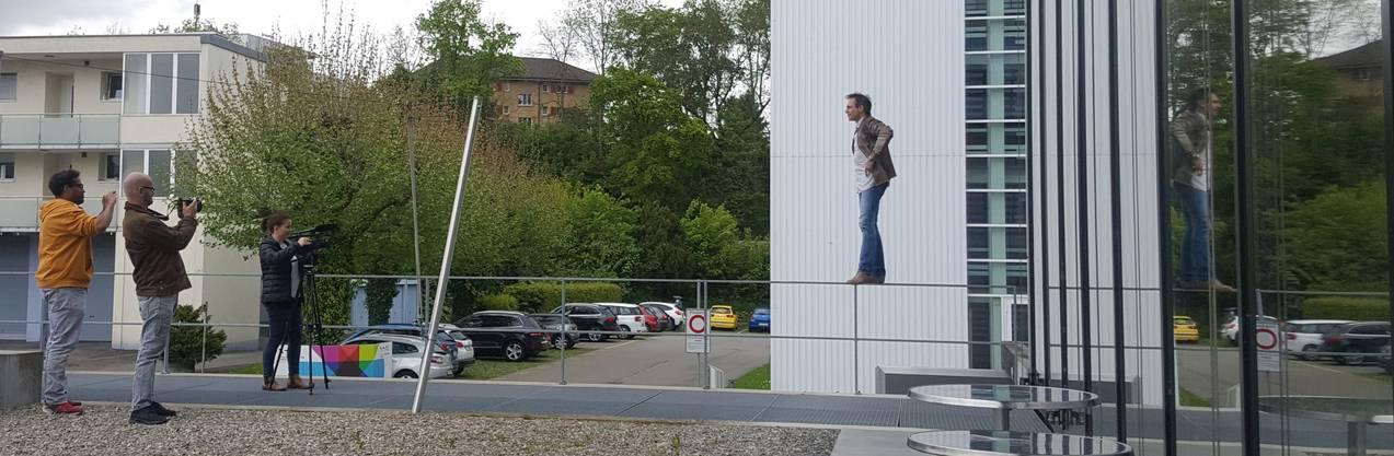 Freddy Nock balanciert anlässlich der TV-Sendung auf dem Geländer des az-Medienhauses in Aarau. 2018 wird er dies auf 5000 Metern tun.
